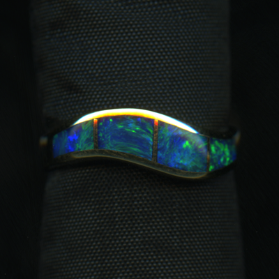 RING - OPAL INLAY IN 4 PIECES, BLUE, GREEN -18KY - SIZE 6.5