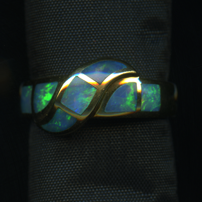RING – 18KY WITH BLUE AND GREEN OPAL INLAID IN 5 PIECES.